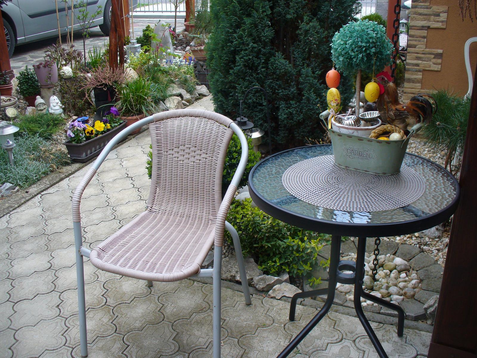 Prerábka, sadenie a úpravy v našej mini záhradke. - vymenili sme stolík