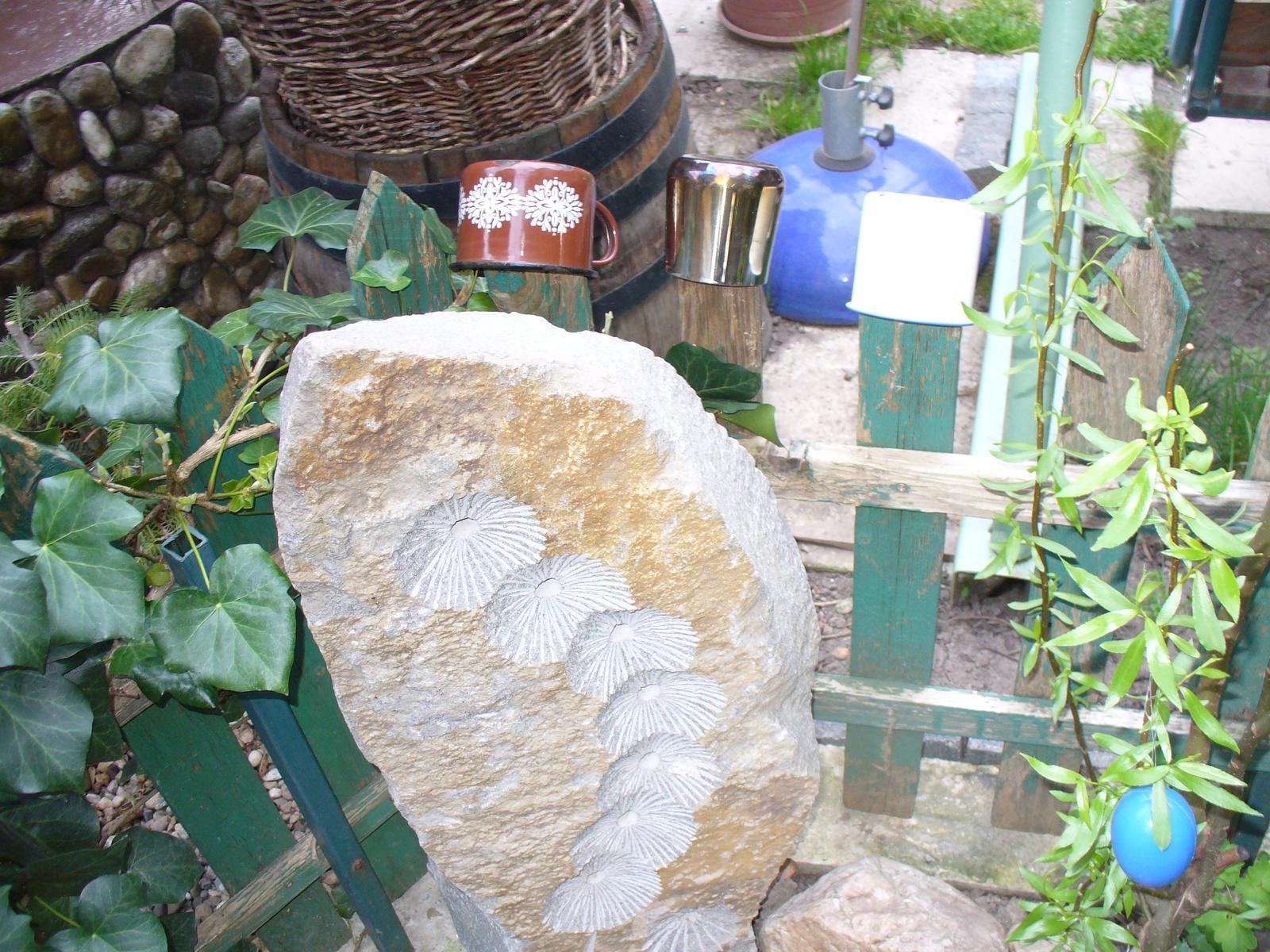 Prerábka, sadenie a úpravy v našej mini záhradke. - našla som doma staré hrnčeky