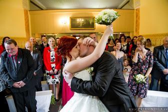 kapku jsme zapomněli na novomanželský polibek, tak nám to museli připomenout a všechny jsme tím hrozně pobavili