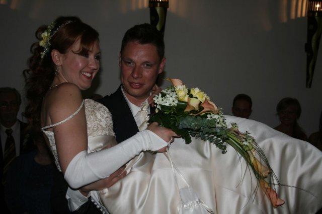 Martina Sramkova{{_AND_}}Martin Skriniar - zenich si ma pekne priniesol k svadobnemu stolu na rukach ako povedal starejsi. tento dobry zvyk maju v Ocovej a aj mne sa celkom pozdaval