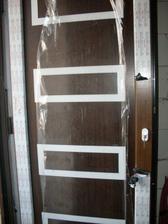 dvere - tie rámiky sú nerezové, chýba madlo