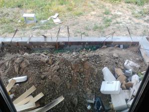 naša budúca terasa momentálne plní aj funkciu smetiska na stavebný odpad :D