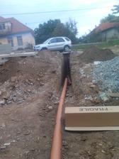 prípojka na kanalizáciu vykopaná