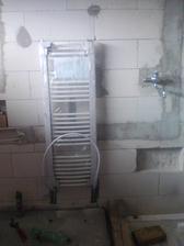 dokončuje sa kúrenie (dočasne je napojený radiátor v kúpeľni)
