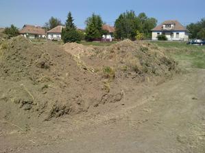 Trošku treba zem na pozemku upratať
