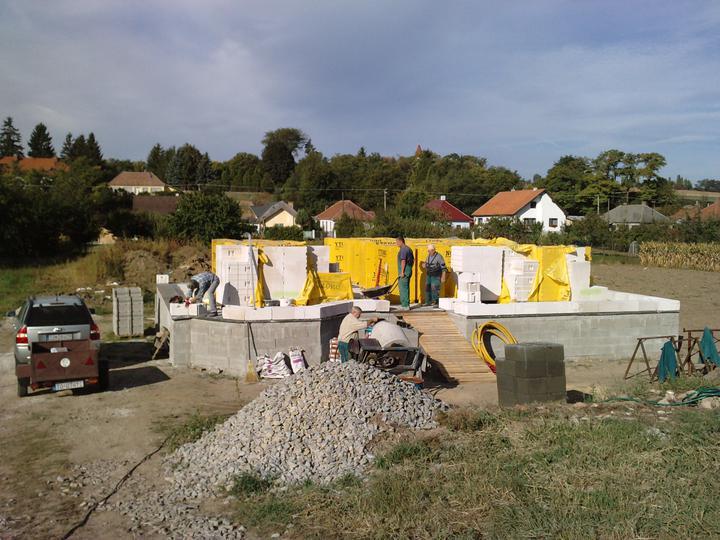 Začíname ťahať múry - hurá :)