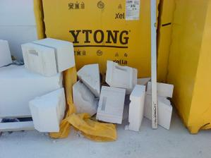 kopa odpadu z odpílených tvárnic