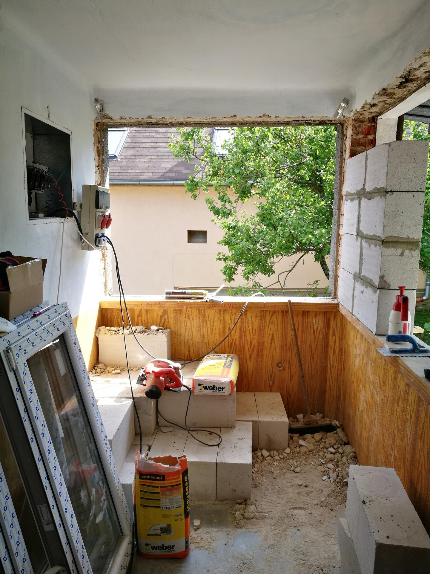 rekonštrukcia na 110% - výklenok pri schodisku bol dosť nepraktický, nič sa tam nedalo dať, bude z neho minikuchyňa