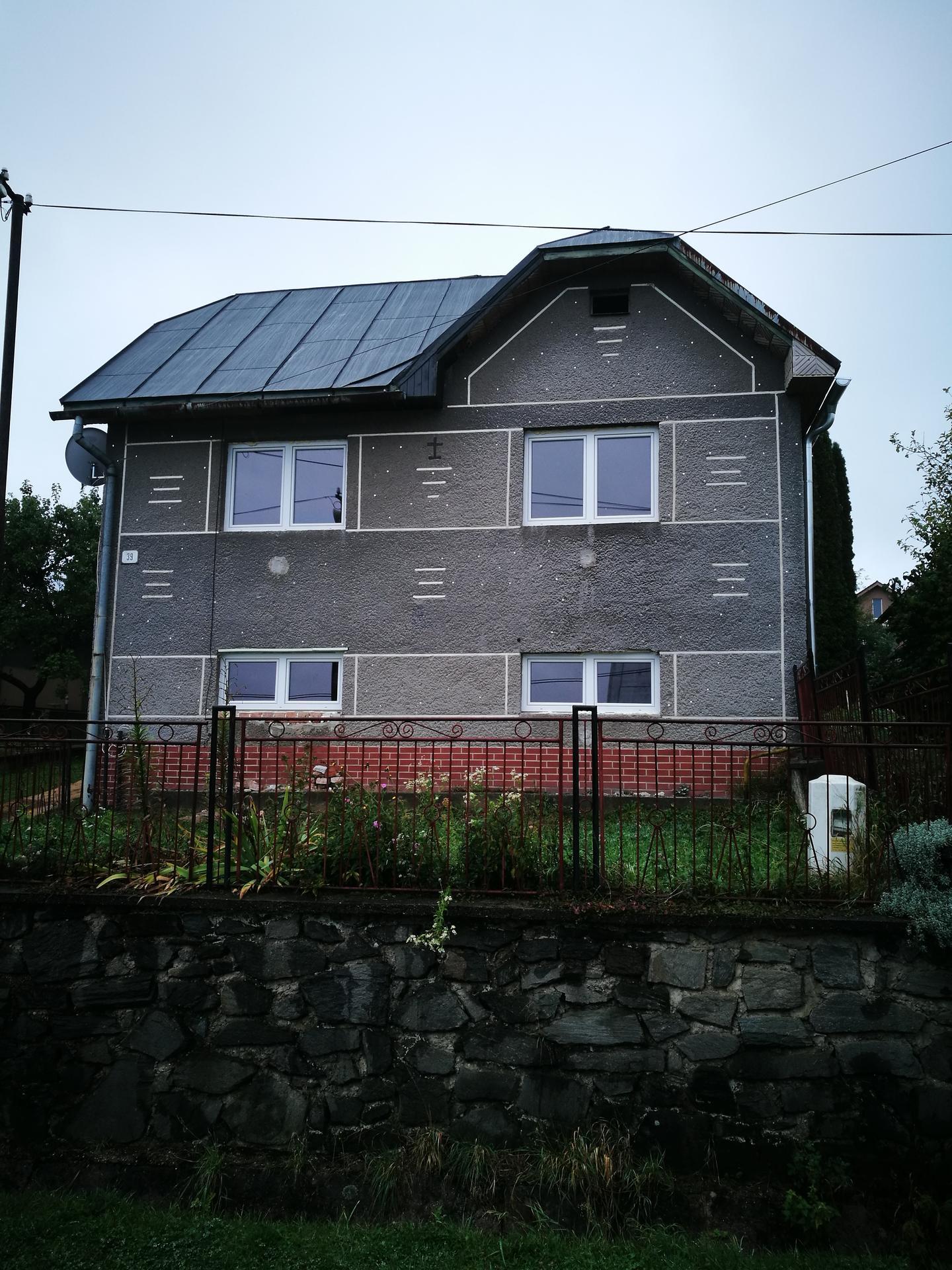 rekonštrukcia na 110% - okná osadené, dom umytý od sadzí, hneď to lepšie pôsobí