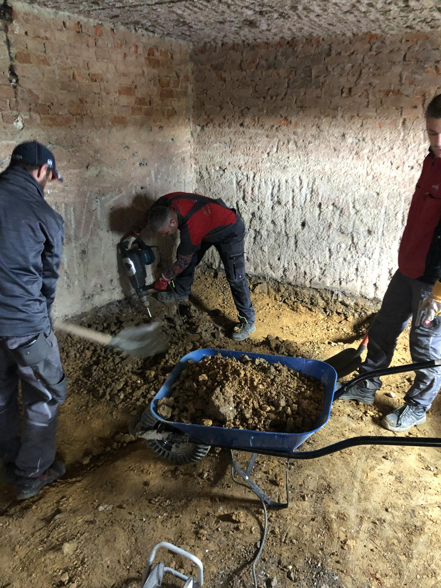 rekonštrukcia na 110% - chlapci vybrali hlinu na prízemí, aby mohla ísť nová kanalizácia, voda, kúrenie