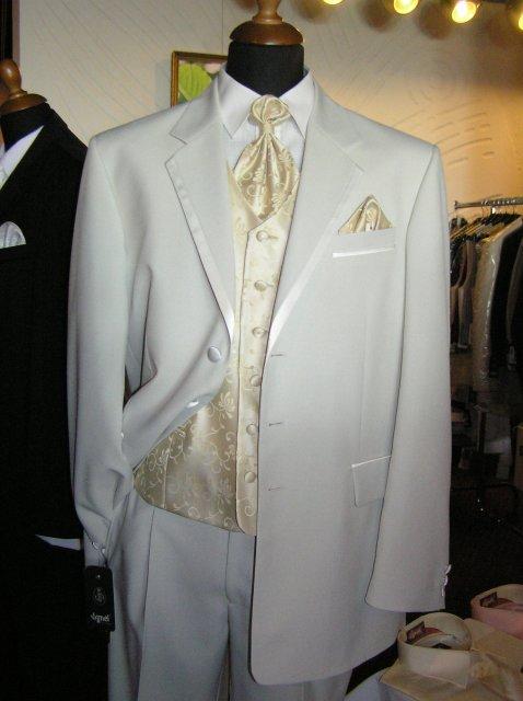Hanka 7.7.2007 - něo takového, ale bílej oblek s vínovou vestičkou nebo celej ve stříbrošedém
