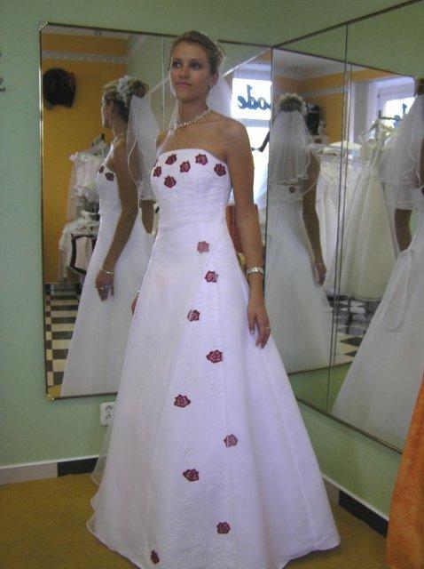 Hanka 7.7.2007 - a tyhle šaty vté půjčovně přímo sami šily, zkusila jsem je, sedí perfektně