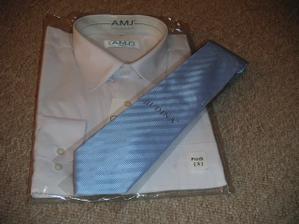 ....kravata jak jinak než modrá je už také doma