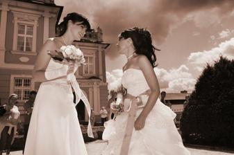 ..a foto s mojí kamarádkou která se vdávala hodinku po nás.....