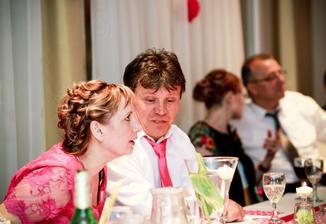 moji rodičia.. Mamina sa asi práve dozvedela, čo sme dali za svadbu :-D