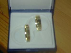 Naše krásné prstýnky z promossy(fotka nic moc,zkusím lepší)