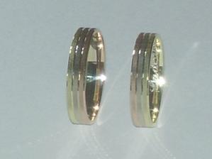 Tak tady jsou v plné kráse,trojbarevné zlato a uvnitř vyryté naše jména a datum svatby.