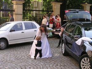 Přivítal mě náš brouček Šimonek....pošlapal mi sukni..:-)