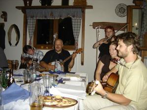 ...v noci se všichni kamarádi sladili a vytvořili jsme orchestr o 4 kytarách, banju, houslích a bubínku...(další 2 kytary jsou na druhé straně stolu ;o)