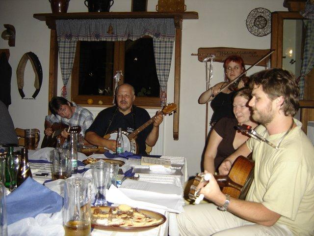 Pali Veselá{{_AND_}}Honza Bortel - ...v noci se všichni kamarádi sladili a vytvořili jsme orchestr o 4 kytarách, banju, houslích a bubínku...(další 2 kytary jsou na druhé straně stolu ;o)