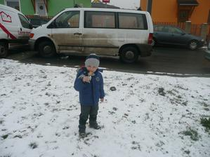 Niki má radost - konečně přivezli jeho dveře a k tomu nějaký sníh