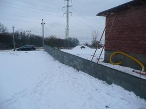 konečně dodělaná podezdívka plotu