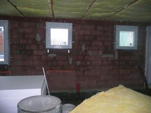 okna budoucí koupelny a technické místnosti