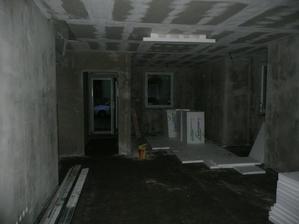 vpravo kuchyň a vlevo únikový východ