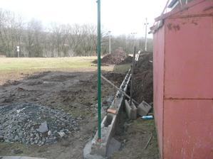 ha tyč na náš neskutečně úžasný pletivový plot :-)