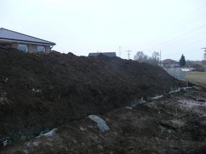 zadní část pozemku - zítra začnou stavět 2 m vysokou opěrnou zeď