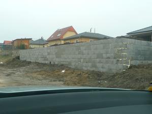 zeď sice hotová, ale bude se muset přidat ještě jedna řada,chjo je to nízké