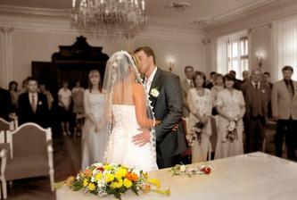 ..první novomanželské políbíení :-)