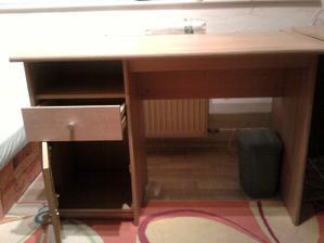 stol, ktory nesluzil na pisanie, ale ako odkladacia plocha :D vobec mi nechyba v izbe
