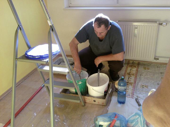 Moja izbietka - ideme malovat, jedna stena ostro zlta, ostatne 3 + strop jemnucko zlte...kym sme namiesali farbu k nasej spokojnosti, 3x sme navstivili baumax :D