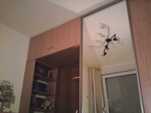 izba ma 2,7m x 2,9m takze som sa snazila vyuzit kazdy cm priestoru
