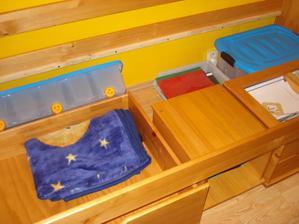 ulozny priestor pod postelou...4 sufliky do kt sa toho doost vela zmesti, vytahovaci nocny stolik, perinak a ulozne boxy