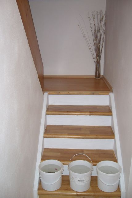 Výzva 2018 schodiště - další provizorium pvc na nášlapech a nátěr