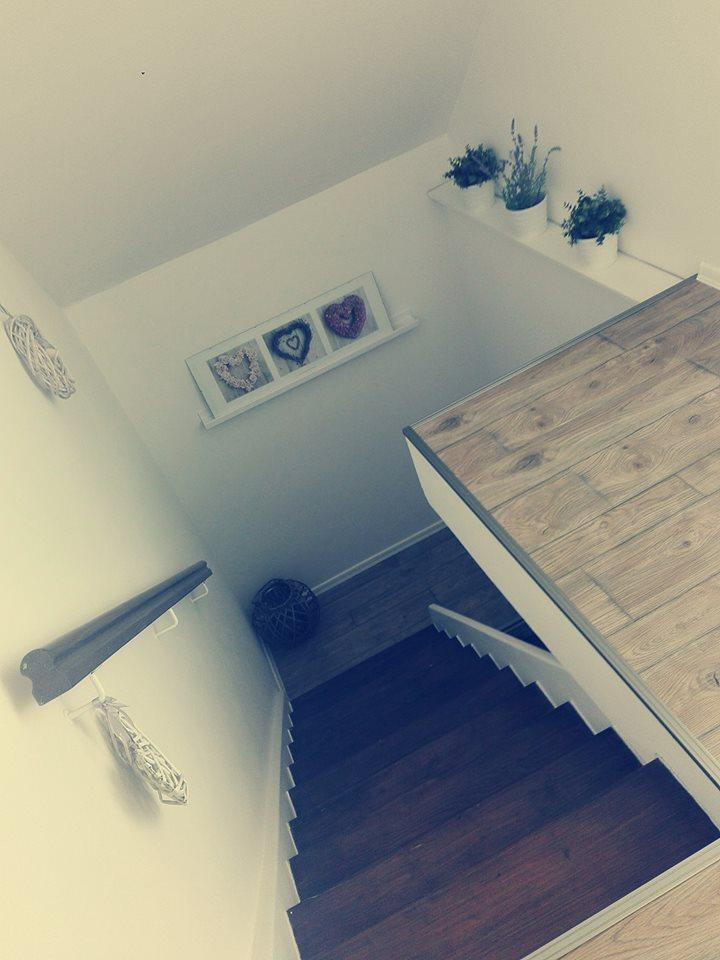 Výzva 2018 schodiště - Konečně manžel položil podlahu a zalištoval...moc se mi to líbí :-)