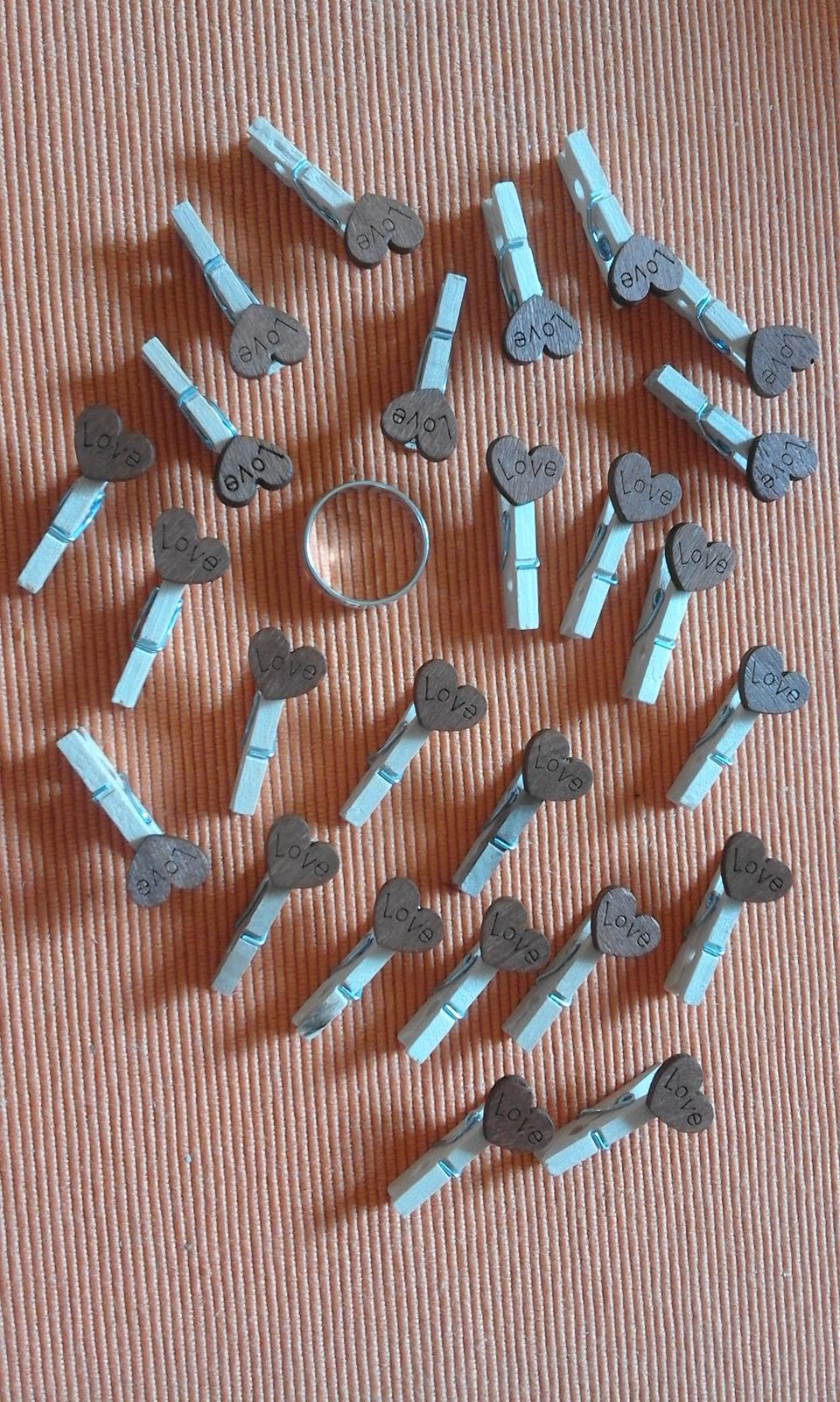 mini kolíčky s dřevěnými srdíčky s nápisem Love - Obrázek č. 3