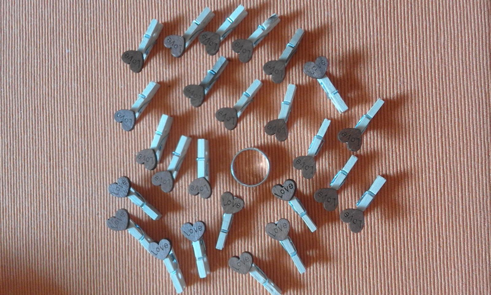 mini kolíčky s dřevěnými srdíčky s nápisem Love - Obrázek č. 1
