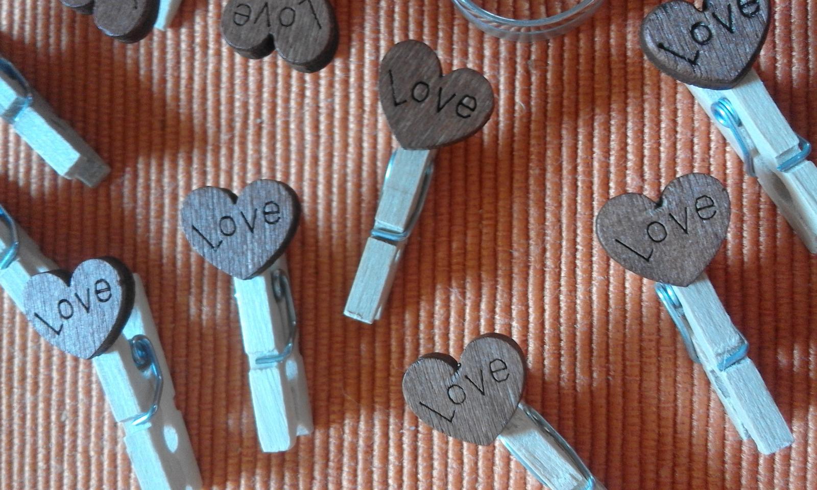 mini kolíčky s dřevěnými srdíčky s nápisem Love - Obrázek č. 2