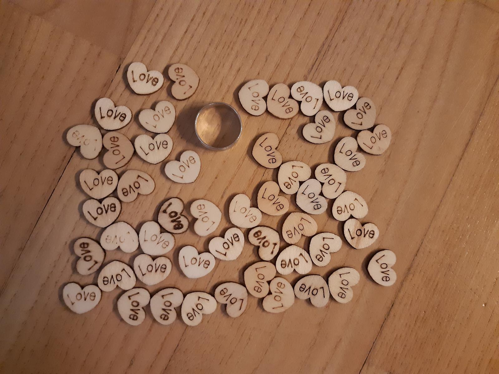 dřevěná mini srdíčka s nápisem LOVE - Obrázek č. 1