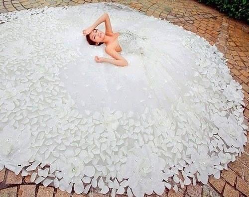 Svadobné šatičky - http://www.aliexpress.com/item/Charming-A-Line-Sweetheart-White-Tulle-Crystal-Floor-Length-Court-Train-Wedding-Dresses-Princess-Bridal-Gowns/1995774185.html?s=p
