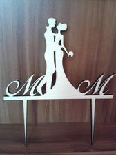 Podstavec na svadobnú tortu aj také isté iniciálky