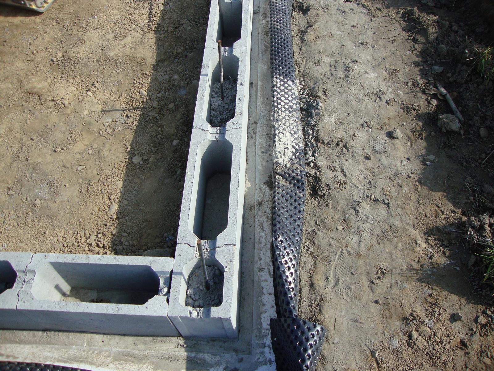 Efektivní bydlení - do kazdeho druhého kde byl roxor přišla lopata betonu přivezena na vozíku z betonárky