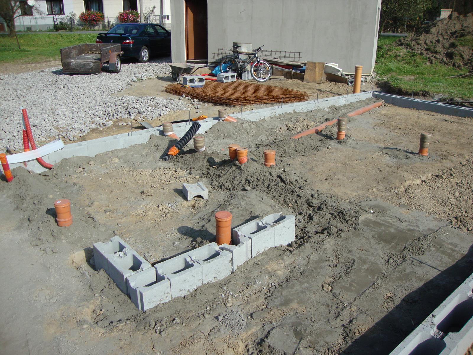 Efektivní bydlení - víčka kanalizace jsou zapuštěné 1-2cm pod horní úroveň betonu