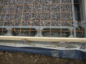 dvě dírky drátek za kari sít párkrát zatočit hřebíkem a bednění uchycené