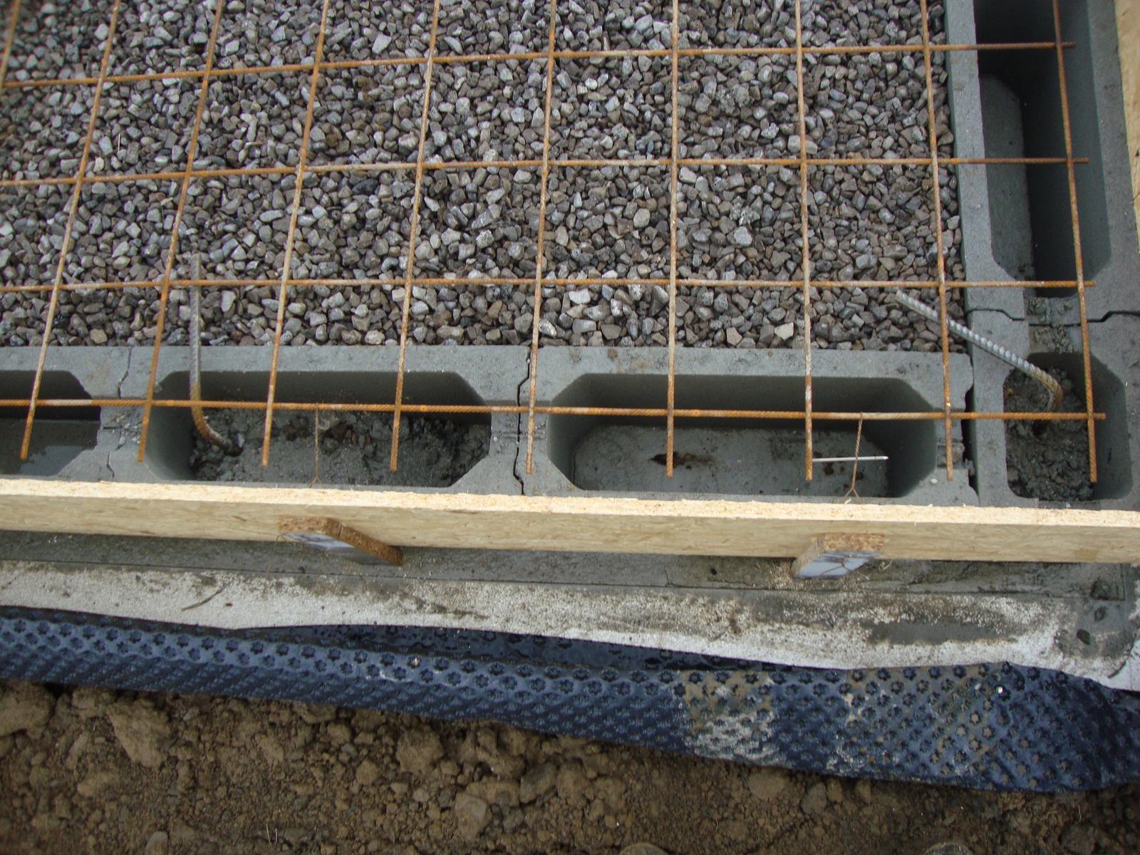 Efektivní bydlení - dvě dírky drátek za kari sít párkrát zatočit hřebíkem a bednění uchycené