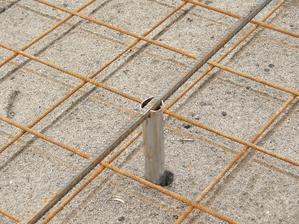 Roxor se za čerstva vytáhne držáky zůstanou zalité betonem