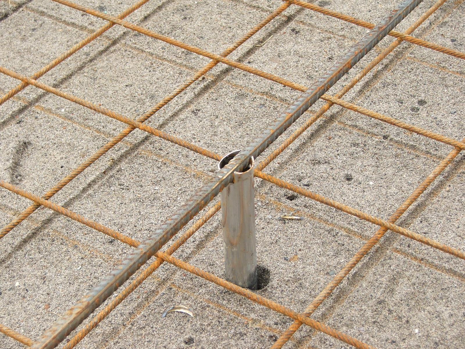 Efektivní bydlení - Roxor se za čerstva vytáhne držáky zůstanou zalité betonem